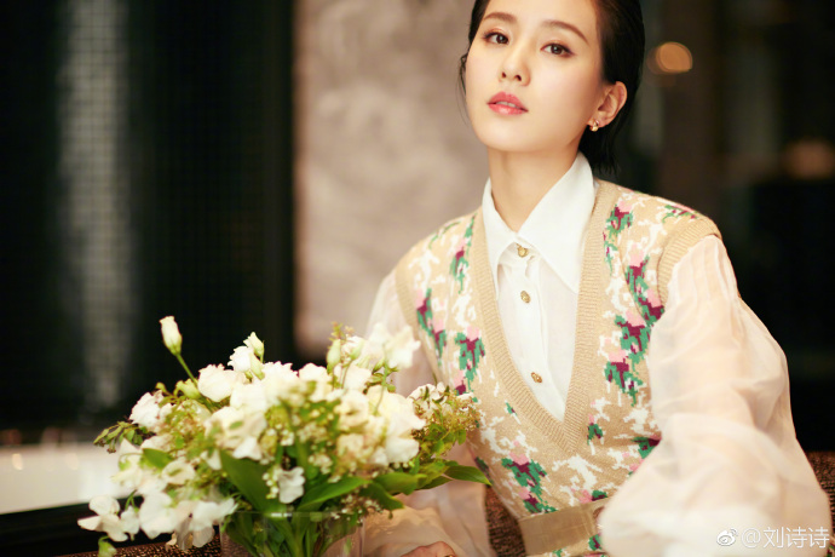 """""""Sơn nữ"""" họ Lưu khoe hình trên Weibo của mình. Thần thái của cô nhận được """"cơn mưa"""" khen ngợi."""
