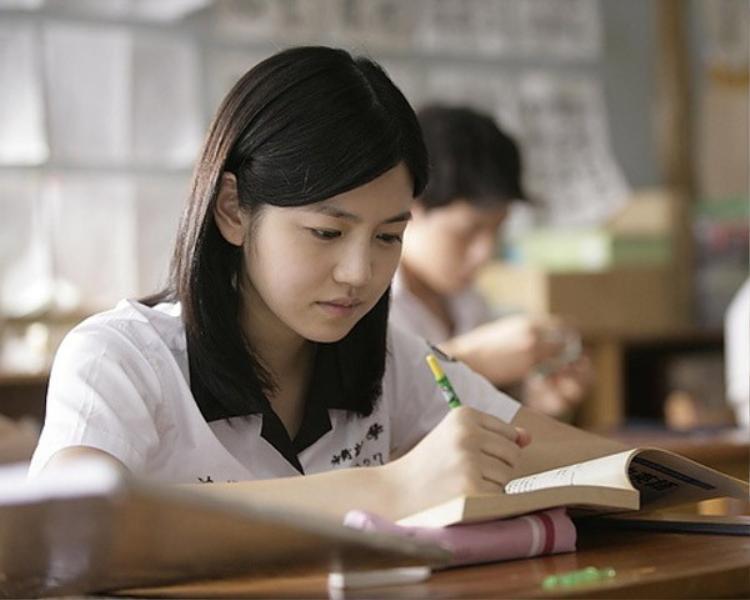 Khuôn mặt tròn của Trần Nghiên Hy rất phù hợp với những vai diễn học sinh.