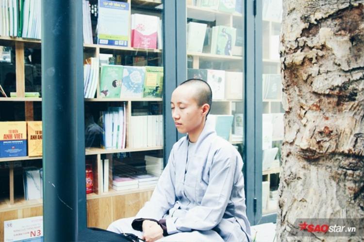 Một ni sư ngồi thiền giữa không gian yên tĩnh và thoáng đãng ở phố sách.