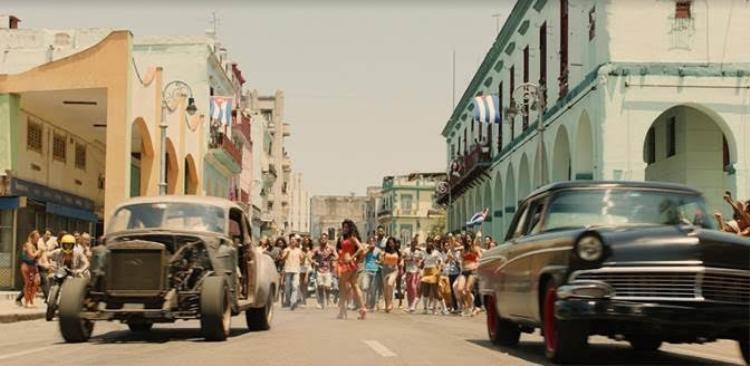 Fast & Furious 8 là bộ phim điện ảnh đầu tiên của Hollywood được cấp phép quay tại Cuba sau khi Mỹ và nước này bình thường hóa quan hệ.
