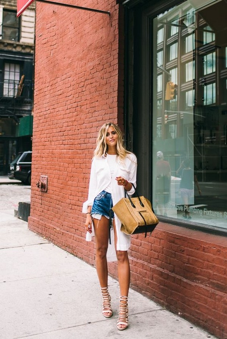 Mặc white shirt dress với quần short ngắn bên trong và không cài hàng nút bên dưới tạo thành 2 tà áo phóng khoáng.