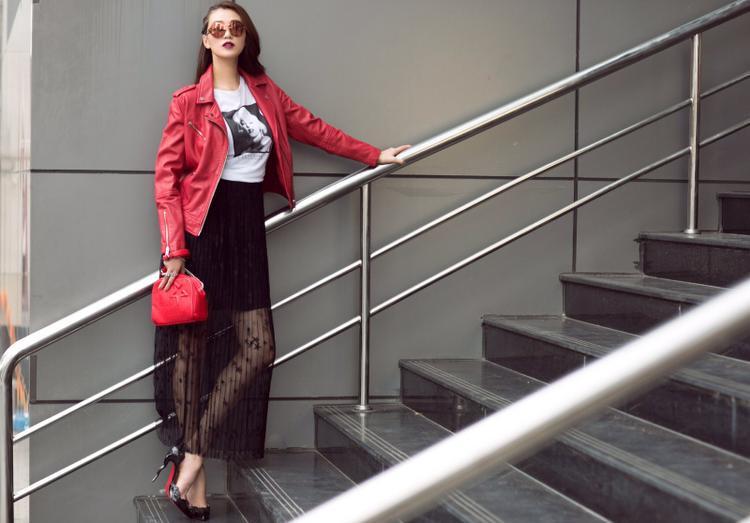 Tuy nhiên cô không quên tăng vẻ nữ tính bằng chân váy xuyên thấu, giày mũi nhọn, mũ beret, túi xách dây xích… Sự đối lập giữa những item tạo nên tổng thể lạ mắt và sang chảnh.