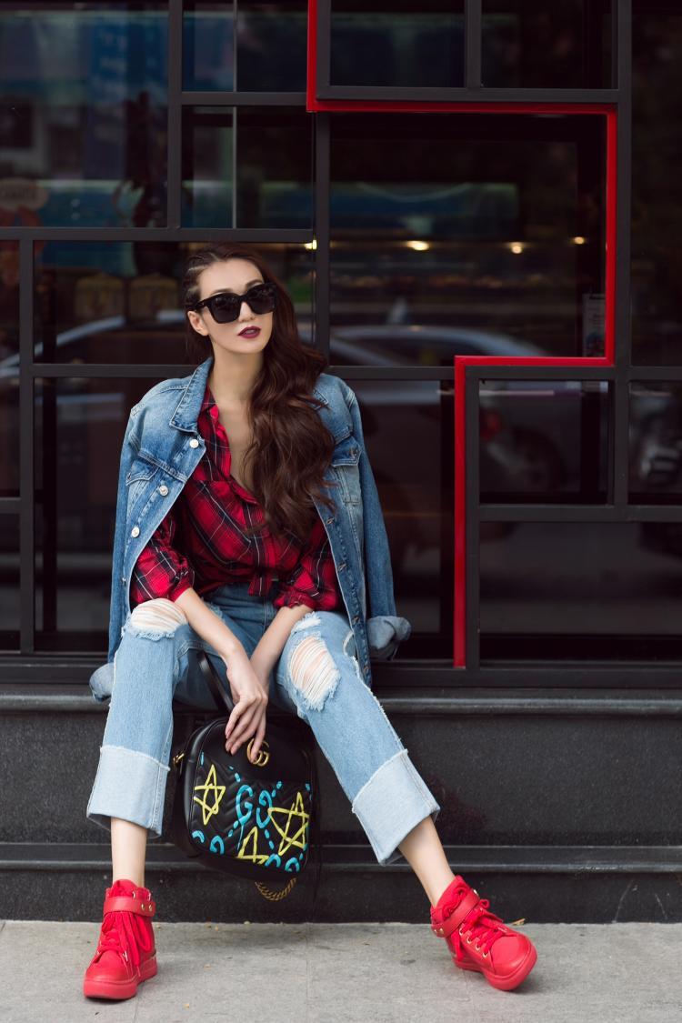 Từ áo sơ mi kẻ caro, giày thể thao, túi xách cho đến chân váy, Khánh My đã cho thấy khả năng phối hợp nhuần nhuyễn giữa trang phục hàng hiệu và đồ bình dân.