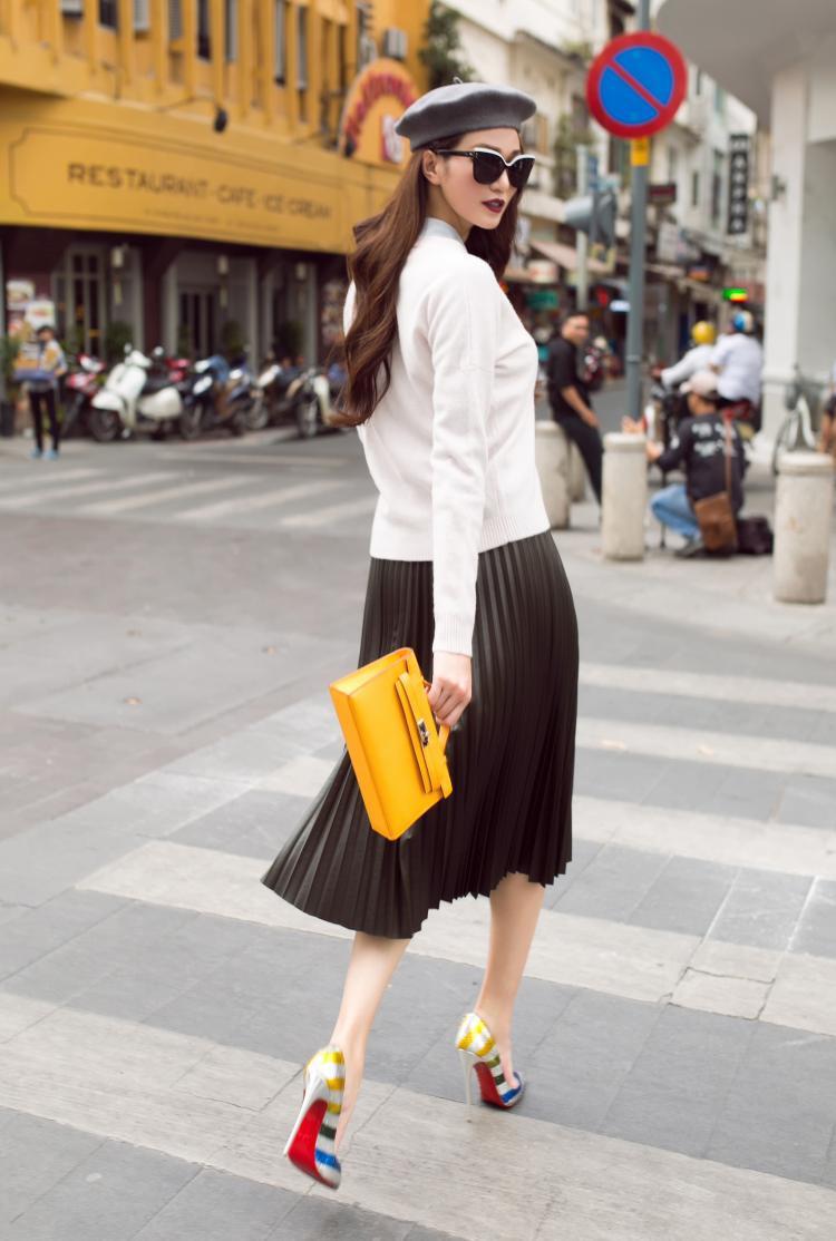 Mùa hè này, Khánh My lựa chọn phong cách năng động khi xuống phố. Điều này được thể hiện ở những chi tiết như giày thể thao, áo khoác da, T-shirt, quần jeans rách…