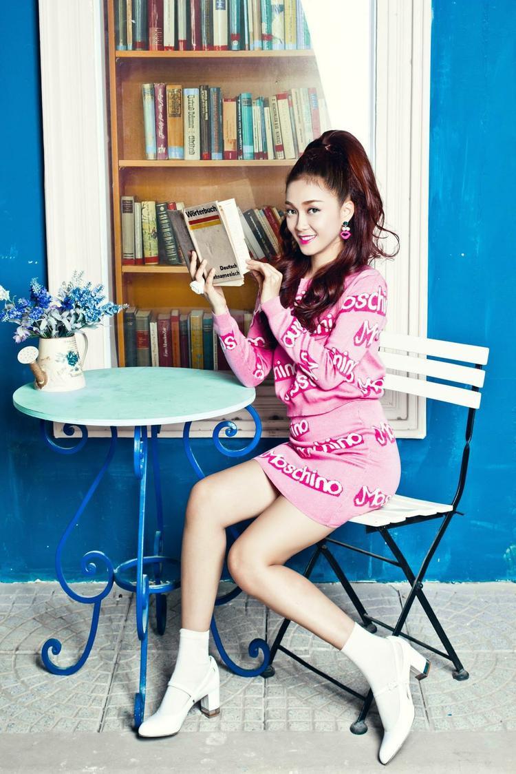 Ca sĩ Đinh Hương với set đồ màu… hườngvô cùng ngọt ngào.