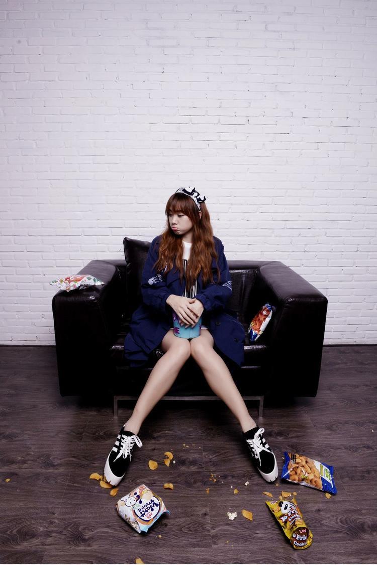 Sự năng động, khỏe khoắn với những items mang phong cách sporty sẽ là yếu tố quan trọng để thể hiện một diện mạo đậm chất Hàn Quốc.