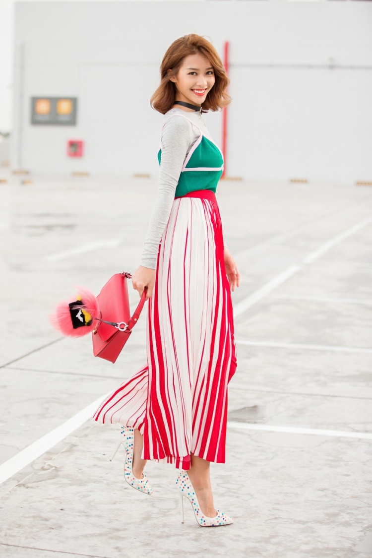 Khả Ngân xinh tươi hết nấc với phong cách Hàn được mix layer áo thun cùng áo 2 dây, kết hợp với chân váy kẻ sọc duyên dáng.