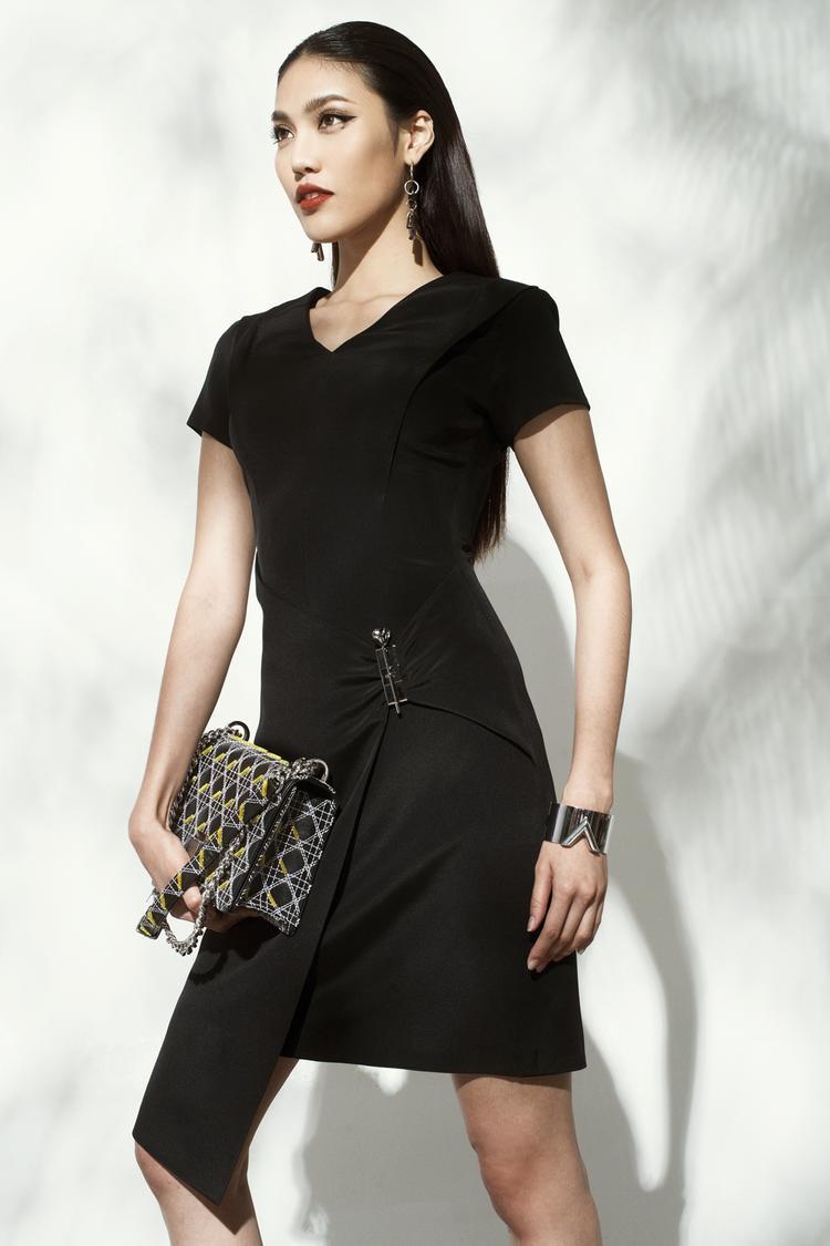 Đi cùng với trang phục là những phụ kiện cao cấp đến từ các thương hiệu như Dior, Versace.