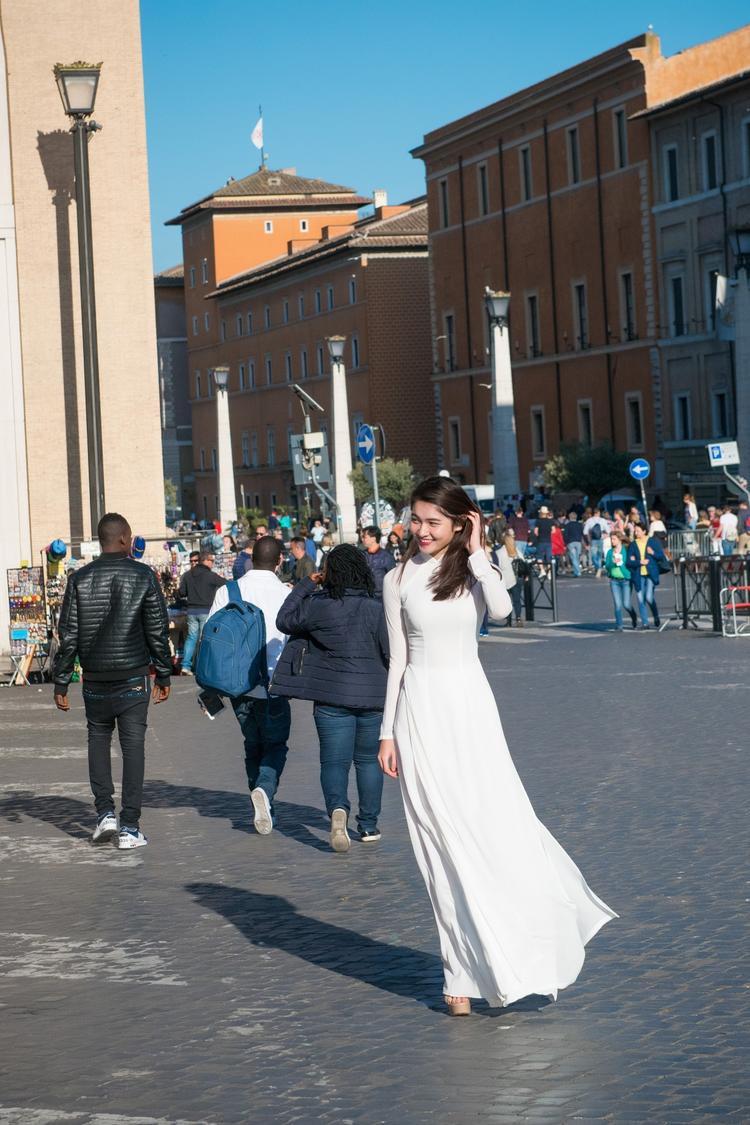 Vừa đặt chân đến Ý, Thùy Dung đã vô cùng phấn khích vì đây là lần đầu tiên cô viếng thăm một quốc gia xinh đẹp. Ngày đầu tiên đất nước này, Á hậu ngay lập tức lên danh sách những địa danh cần phải tham quan.