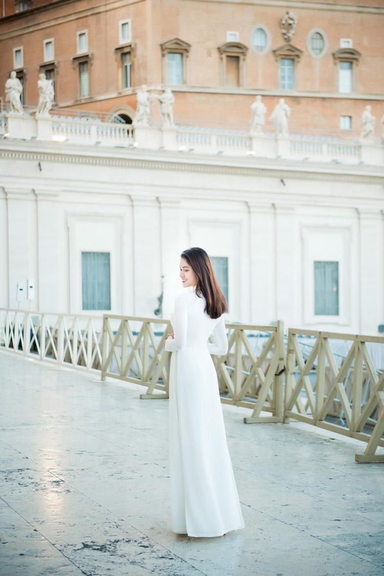 Xuất hiện tại danh thắng lịch sử của thế giới, Á hậu Việt Nam 2016 đã chọn cho mình chiếc áo dài củaNTK Thuận Việtvới màu trắng tinh khôi.