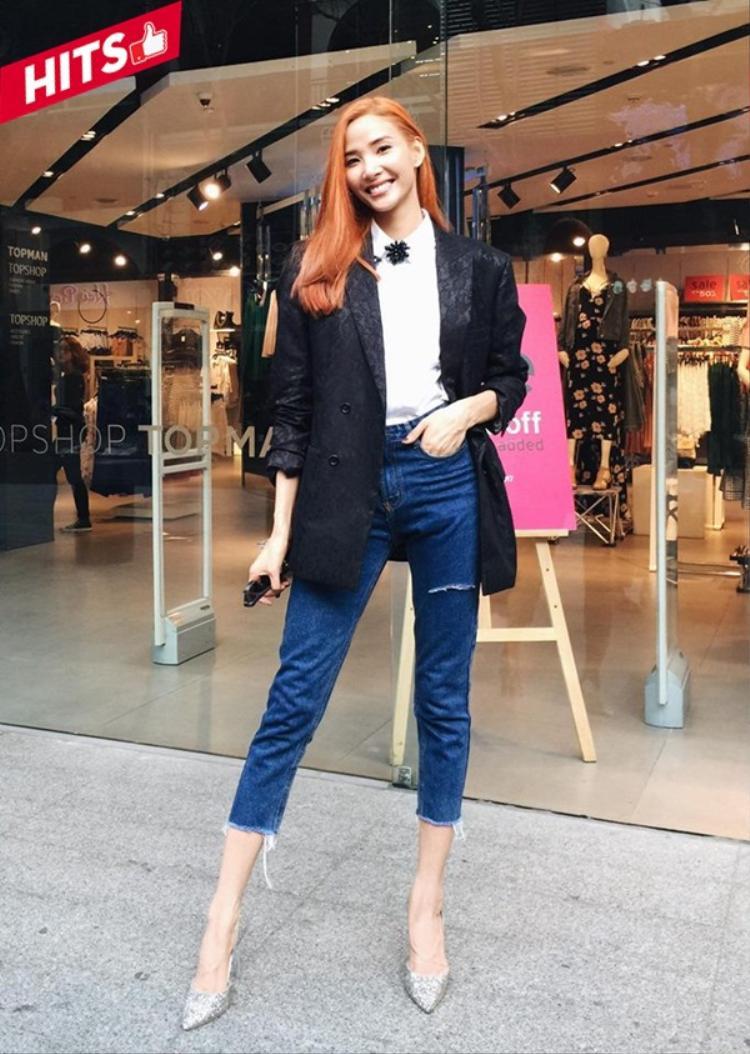 Hoàng Thùy khoe style menswear cá tính với chiếc áo blazer đen sang trọng nhưng khi được kết hợp cùng sơ mi trắng và quần jean, nữ huấn luyện viên của The Face Vietnam 2017 vẫn giữ được nét trẻ trung và thời thượng.