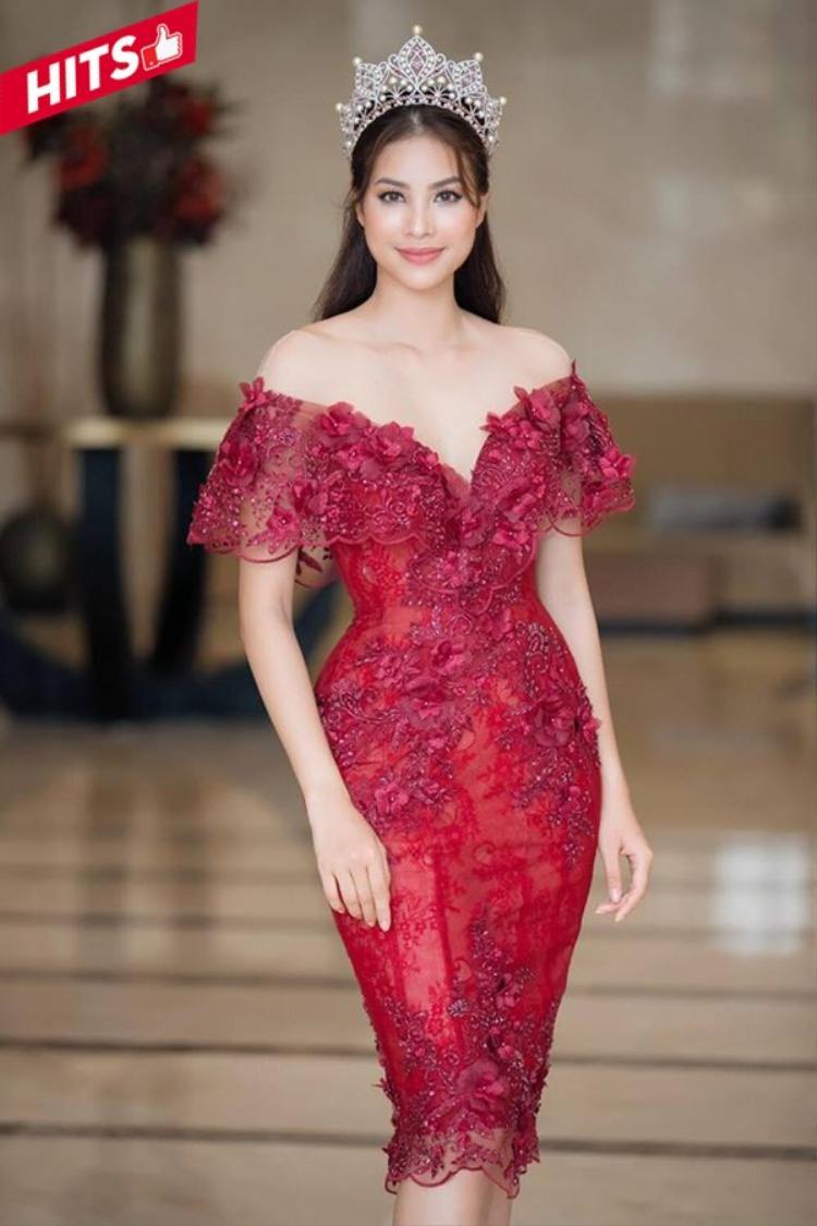 Phạm Hương khoe thân hình đồng hồ cát trong thiết kế hở vai ôm dáng. Chiếc váy màu đỏ càng tăng thêm vẻ đẹp quyến rũ của nàng Hoa hậu quốc dân. Đôi khi chỉ cần diện một trang phục tôn lên được hình thể của bản thân là bạn đã nắm được phần thắng tới 80% về vẻ bề ngoài rồi.