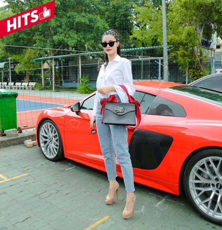 Nữ huấn luyện viên The Voice - Đông Nhi diện đôi giày màu nude cao ngút của thương hiệu Louboutin trứ danh và chiếc túi Gucci đính hoạ tiết đầu động vật độc đáo. Cô nàng đúng chuẩn chất và cá tính hết nấc trong set đồ này.