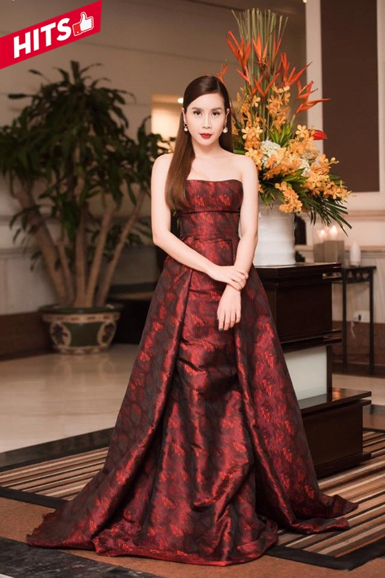 Lưu Hương Giang hóa nàng công chúa xinh đẹp trong chiếc đầm dạ hội cup ngực màu đỏ rượu sang chảnh. Thân hình của bà mẹ 2 con chưa khi nào kém cạnh so với nhiều mỹ nhân Việt khác, bên cạnh đó, cô cũng liên tiếp đầu tư vào hình ảnh, phong cách thời trang để lưu giữ được nét thanh xuân.