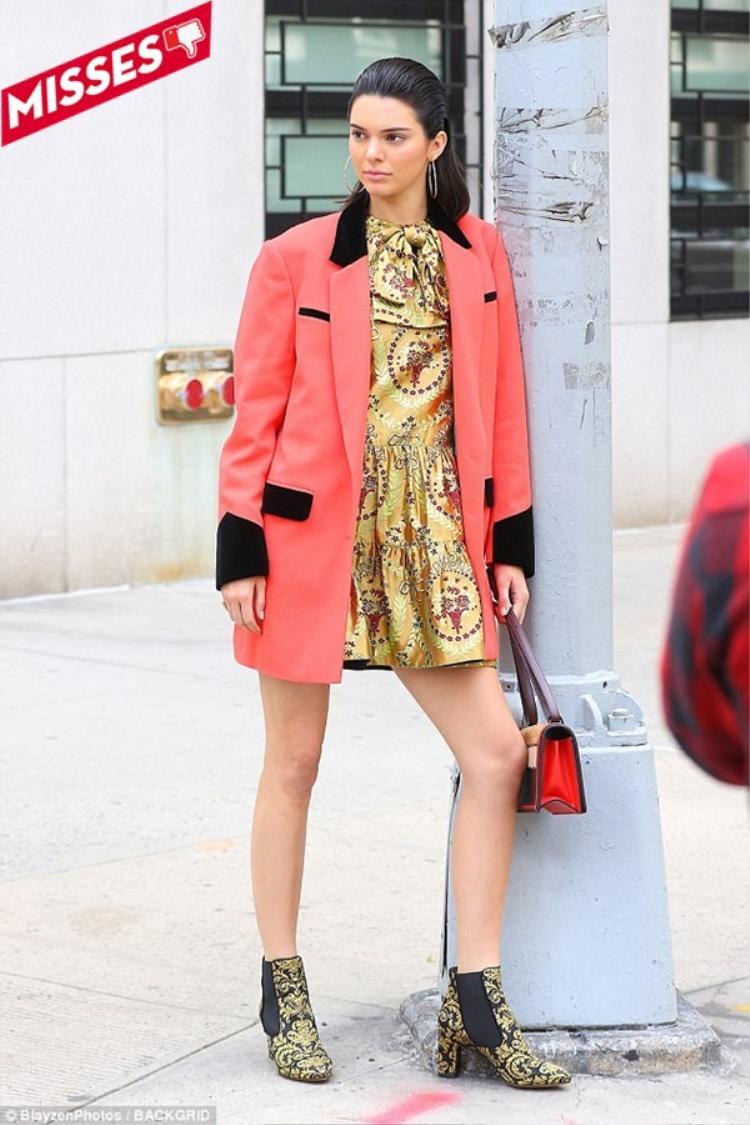 Kendall Jenner mắc lỗi sai khi lựa chọn áo khoác lạc tông với phom dáng quá rộng, xuề xòa và màu sắc trên tổng thể cũng không ăn nhập với nhau.