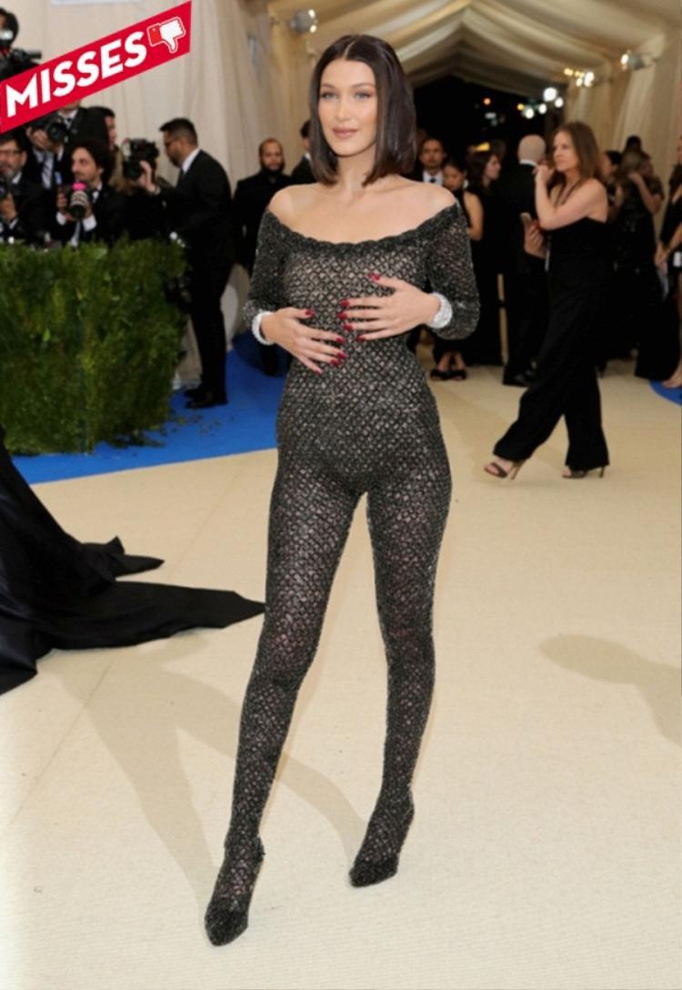 Bella Hadid có lẽ là một trong những nhân vật nhận được nhiều gạch đá nhất trong tuần qua về bộ đồ bodysuit vằn màu đen ôm trọn lấy cơ thể. Trông chân dài khá phản cảm với trang phục này, có lẽ đây sẽ là một dịp nhớ đời của cô cho một sự kiện lớn như vậy.