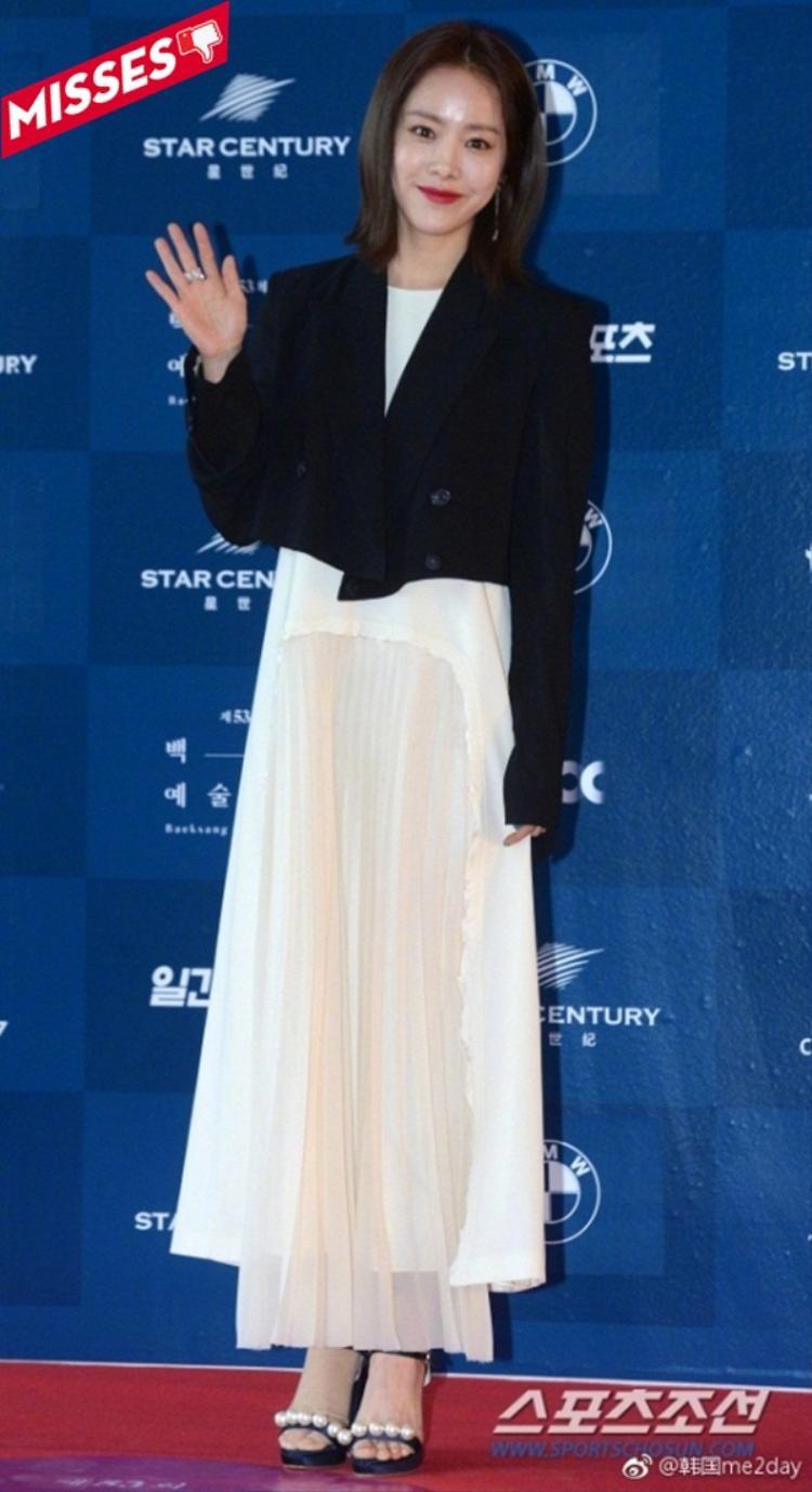 Han Ji-min quá cẩu thả trong cách mix đồ, không ăn nhập một chút nào và thực sự quê mùa khi hiện tại đã là thế kỷ 21 rồi, cô ấy không cập nhật các xu hướng thời trang hay không có stylist để chuẩn bị cho diện mạo chỉn chu mỗi lần xuất hiện trước công chúng?