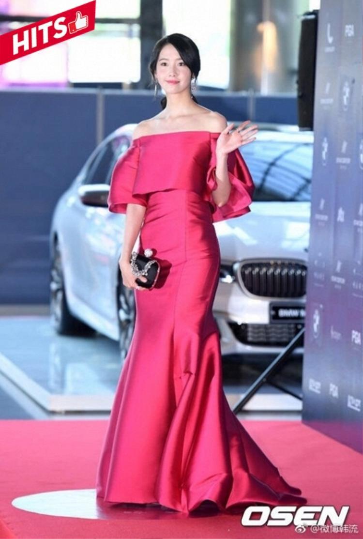 Yoona diện trang phục đầm dạ hội hở vai lộng lẫy xuất hiện trên thảm đỏ sự kiện, với kiểu búi tóc gọn gàng cũng đủ giúp cô khoe được góc mặt thon gọn, xinh đẹp và cuốn hút rồi.