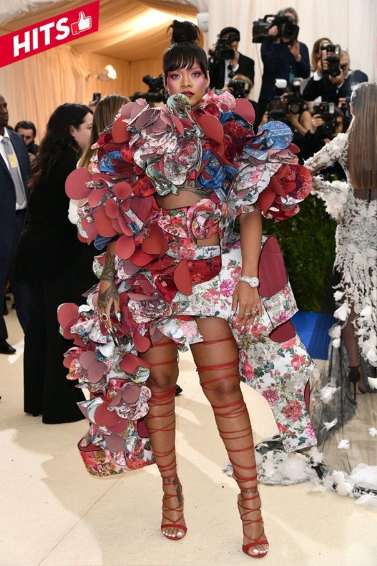 """Rihanna cũng không hề kém cạnh cô bạn của mình. Nếu Katy Perry hóa thân thành cô dâu ma thì giọng ca Umbrella được ví như """"Nữ hoàng"""" của muôn loài hoa khi diện bộ váy đúng chất từ chính thương hiệu Comme des Garçons."""