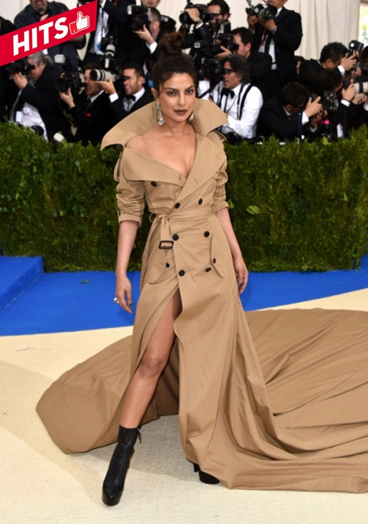 Chỉ với một mẫu trang phục dạ hội được làm từ chiếc trech coat thôi cũng đủ khiến bạn gợi cảm như thế này, Prinyanka Chopra đã chứng minh được điều đó khi cô diện chiếc váy lấy cảm hứng từ áo khoác dáng dài gam màu camel của thương hiệu Ralph Lauren.