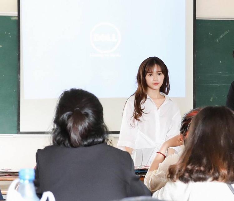 Cô giáo Midu diện áo sơ mi trắng giản dị…