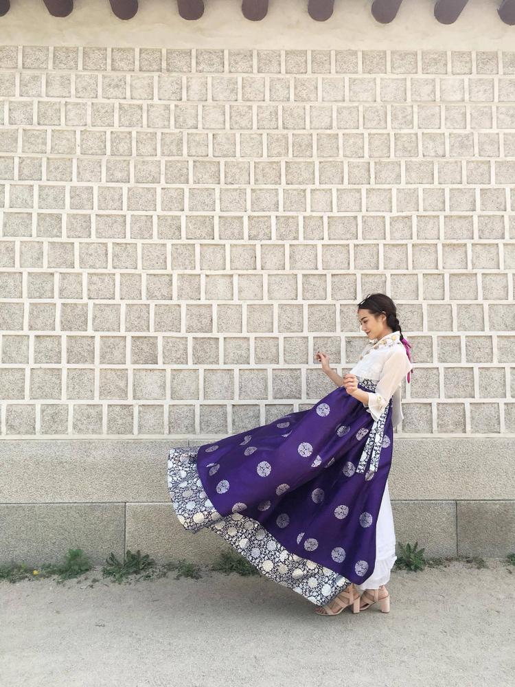 Theo chia sẻ của Kiều Ngân, nàng Dae Jang Geum trong phim tính tình chịu thương chịu khó, luôn theo đuổi mục tiêu với sự kiên trì và lòng quyết tâm sắt đá để đạt được thành công. Nó cũng khá giống với tính tình của Kiều Ngân bên ngoài, bởi vậy cô nhận thấy có sự đồng cảm và theo dõi rất kỹ bộ phim này.