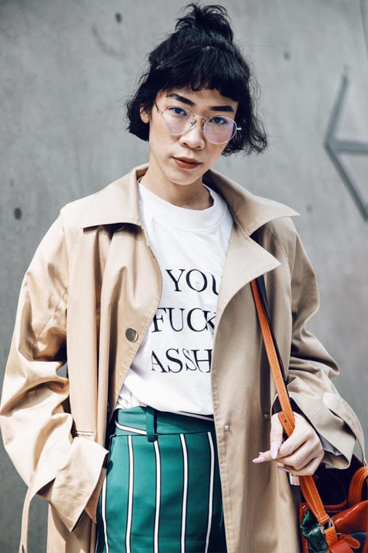 Khi chiếc quần dài và rộng đã đủ chiếm trọn mắt người nhìn thì bạn nên kết hợp chúng với những mẫu áo thun đơn giản in vài dòng quotes hay ho là được.