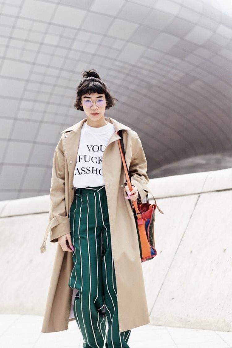 NTK Đặng Hải Yến là một trong những fan trung thành của kiểu quần ống suông rộng này. Trang phục do chính mình thiết kế giúp đưa tên cô lọt top mặc đẹp trên tạp chí Vogue tại Seoul Fashion Week 2017 vừa qua.