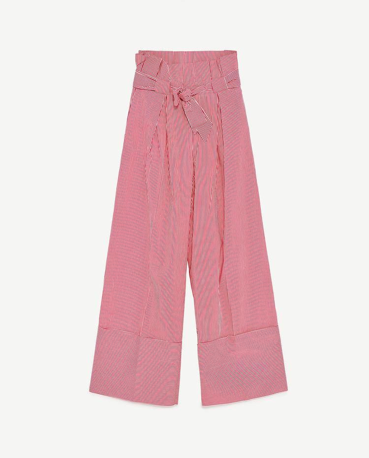 Chiếc trousers màu đỏ với họa tiết kẻ sọc dọc đang được bày bán trên kệ tại Zara với giá 999.000 đồng.