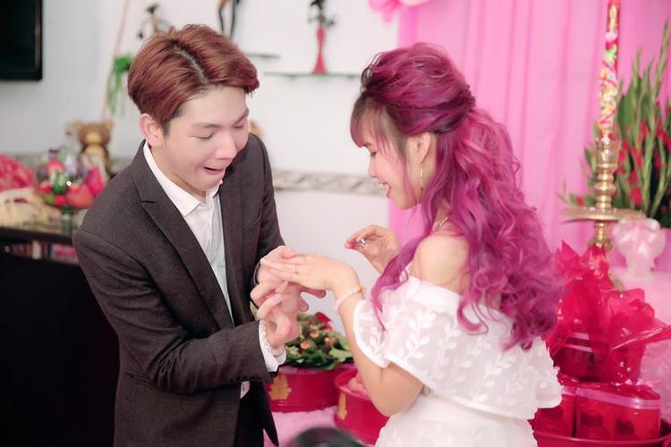 Ngay cả khi làm lễ đính hôn, cả hai vẫn hài hước khiến mọi người không nhịn được cười.