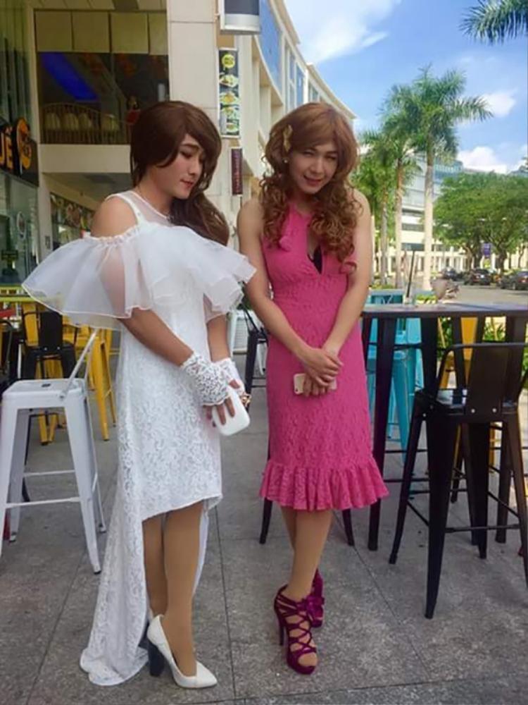 Gương mặt thon, thân hình gầy nên khi Kelvin Khánh mặc váy hồng bó sát trông vô cùng gợi cảm.