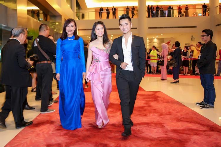 Đạo diễn Hồng Ánh và hai diễn viên Ngọc Thanh Tâm, Phạm Hồng Phước đại diện cho ê-kíp sản xuất tham gia lễ trao giải.