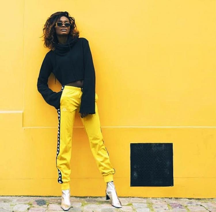 Đâu chỉ khi mang sneaker thì mới được gọi là streetwear, kể cả có mang boot cao gót thì cô nàng da màu này cũng làm bức ảnh của mình ra chất và nổi bần bật vậy.
