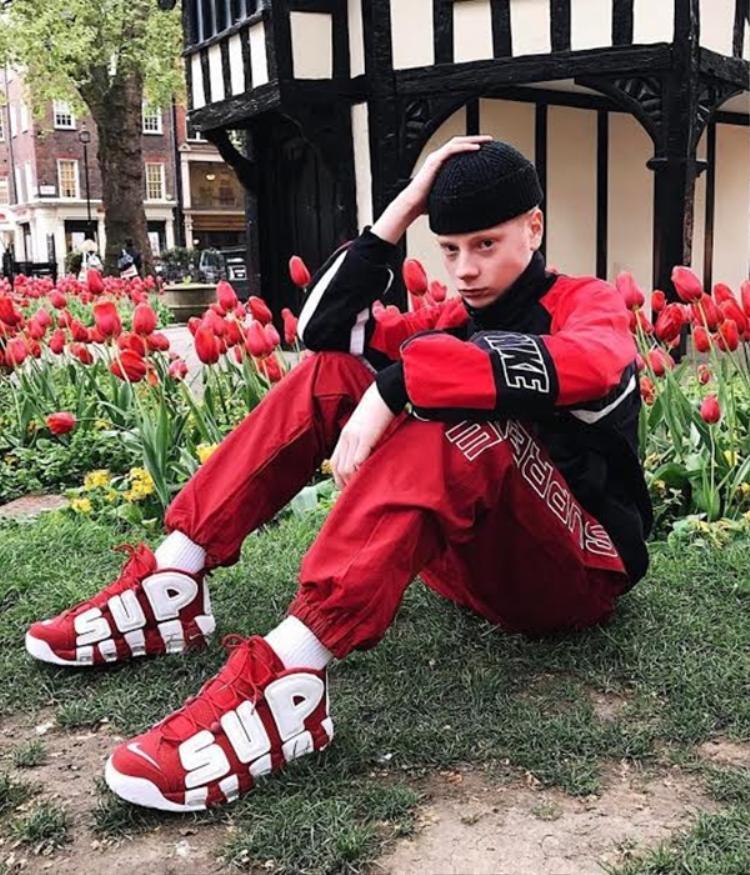 Một nhân vật luôn lọt vào ống kính của các tay săn ảnh đường phố, tín đồ lão làng của streetwear tuần này lại nhuộm đỏ insta và đặc biệt xuất hiện cạnh siêu phẩm Supreme x Nike đang gây bão. Xem nào, nhiều khi chỉ cần tạo dáng đơn giản khiến bạn thoải mái nhất thì ảnh streetwear cũng tự nhiên mà thu hút thôi.