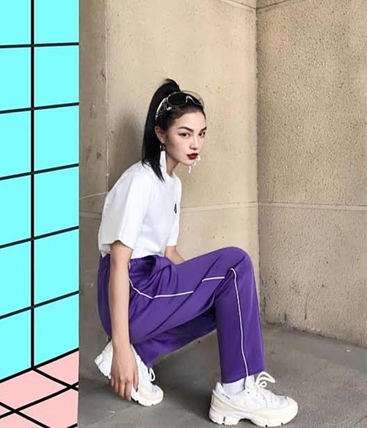 Một fashionista thứ thiệt ở Châu Á cũng manh nha góp mặt vào cuộc chơi streetwear, chỉ toàn item đơn giản thôi nhưng gương mặt đẹp cùng thần thái chuyên nghiệp của cô nàng nhanh chóng lọt top best streetstyle.