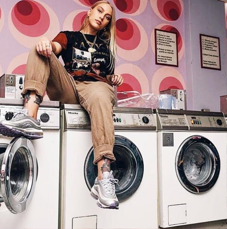 Chẳng có giới hạn cho streetwear đâu vì ngay cả leo lên máy giặt mà ngồi, cô gái xinh đẹp này cũng chất như nước cất rồi.