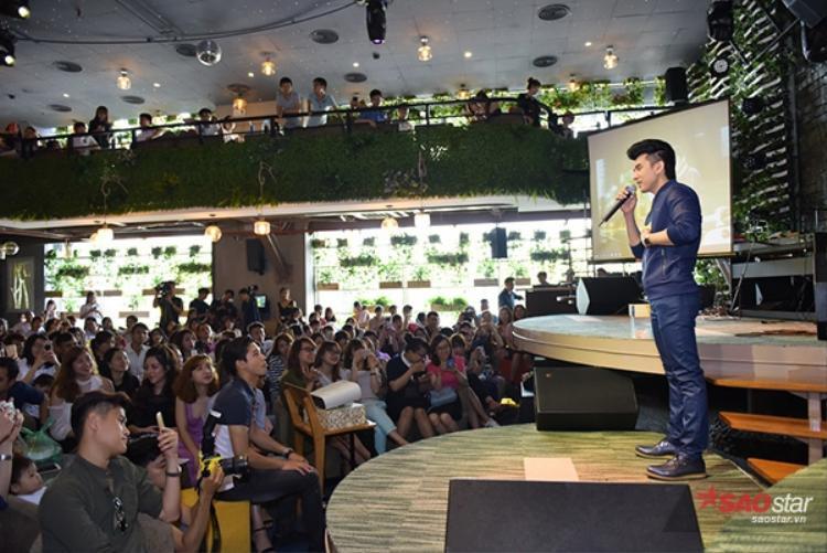 Hàng trăm fan có mặt để giao lưu với anh Bo.