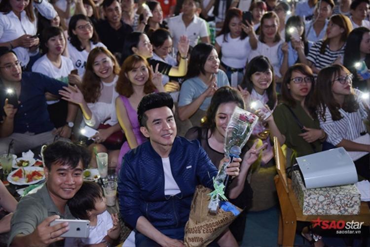 Đan Trường xuống tân nơi chụp hình với các fan.