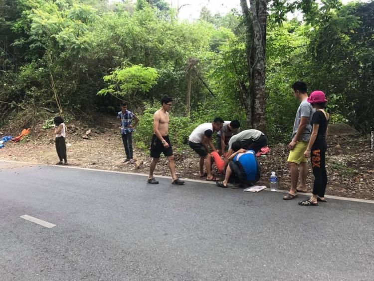 Người đi đường và đoàn phượt thủ đã nhanh chóng chạy đến giúp cặp vợ chồng gặp nạn.