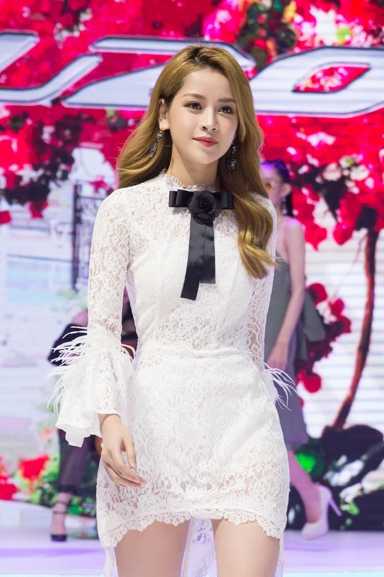 Nữ diễn viên được khen ngợi bởi vẻ trẻ trung, lối make up nhẹ nhàng làm tôn vẻ đẹp dịu dàng và nữ tính khi xuất hiện trên sân khấu.