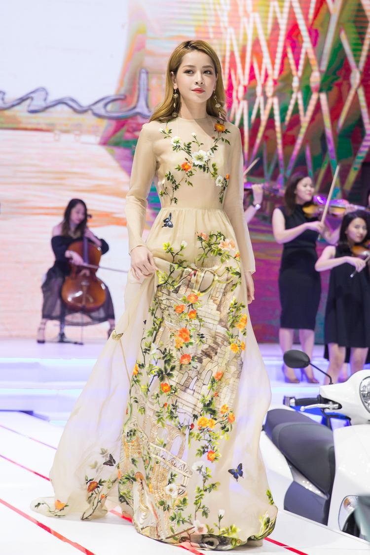 Đồng thời, cô cũng cho thấy được sự tự tin khi giữ vai trò vedette trong buổi biểu diễn thời trang này.