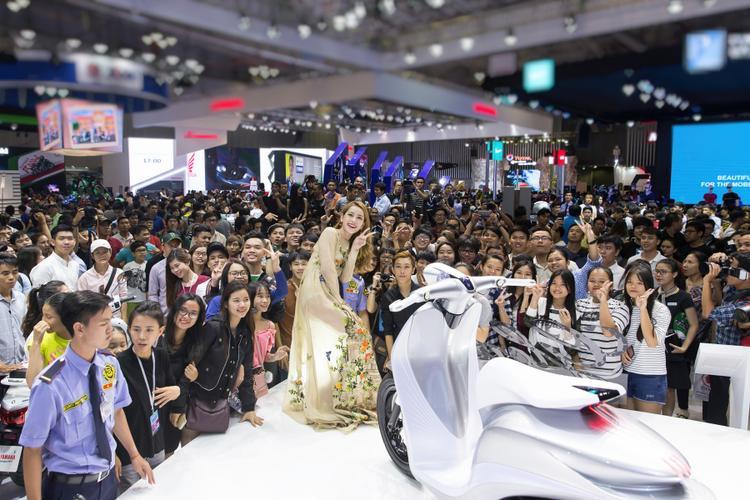 Sự xuất hiện của Chi Pu đã thu hut sự quan tâm và chú ý của hơn 1.000 khán giả.