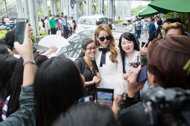 Hơn 1.000 khán giả xem Chi Pu làm vedette trình diễn thời trang