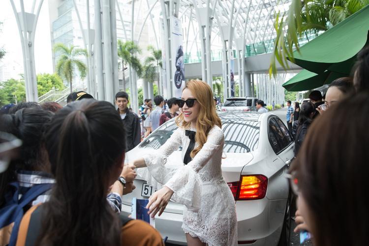 Cuối sự kiện, cô nán lại để giao lưu và chụp ảnh cùng người hâm mộ trước khi ra về.