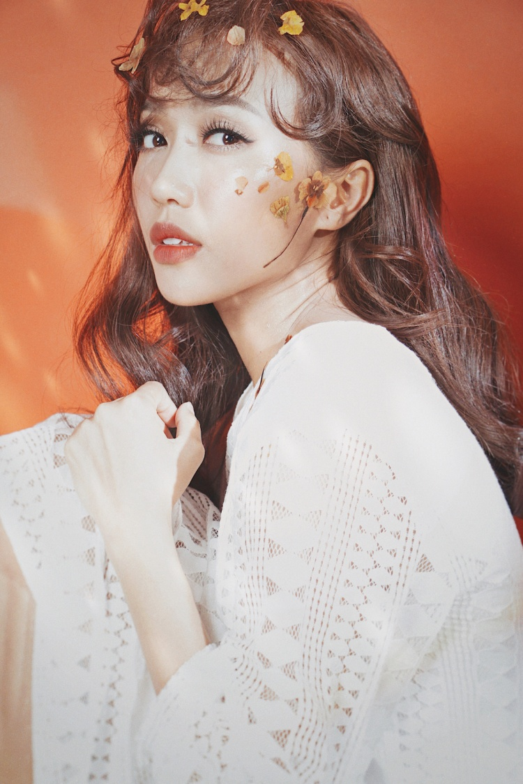 Công thức makeup đơn giản Diệu Nhi áp dụng rất phù hợp với những cô nàng thích phong cách nhẹ nhàng, nữ tính nhưng không quá ngây thơ như Diệu Nhi.