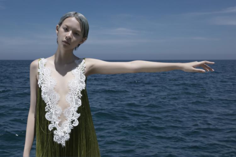 """""""Em Hoa"""" buông mình theo những ngọn gió biển cùng ánh nắng chói chang miền nhiệt đới."""