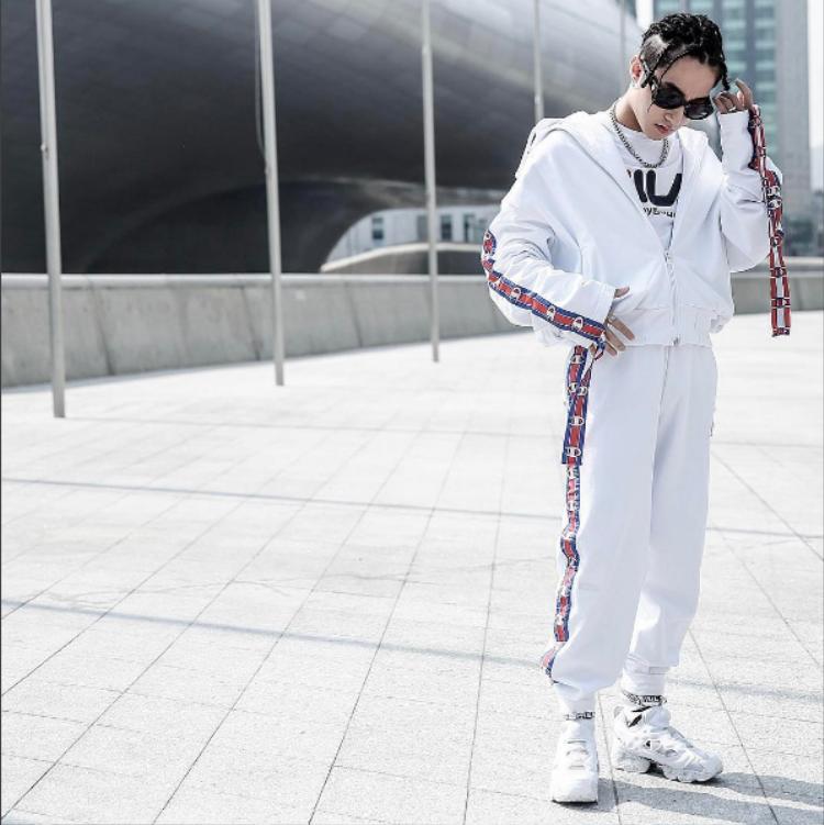 Chắc chưa ai quên cả cây all-white mà Sơn Tùng M-TP diện tại Tuần lễ thời trang Seoul 2017. Trong đó, chàng ca sĩ phối chiếc áo thun trắng với dòng chữFILA bên trong.