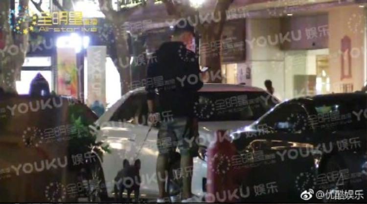 Trác Vỹ tung clip Hoàng Cảnh Du dẫn cún đi dạo để ngụy trang hẹn hò