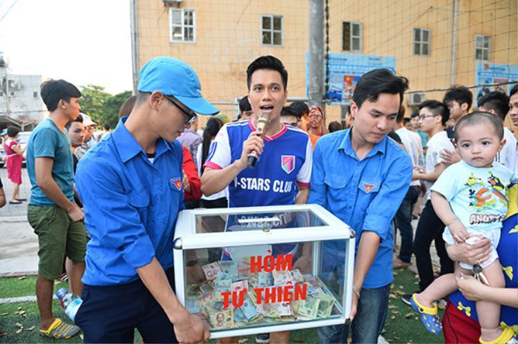 Cha con Người phán xử Hoàng Dũng  Việt Anh hào hứng ra sân cỏ quyên tiền ủng hộ sinh viên nghèo