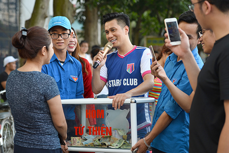 Sau đó, diễn viên Việt Anh rất năng nổ cầm hòm tự thiện đi giao lưu với khán giả và kêu gọi mọi người ủng hộ cho các bạn sinh viên nghèo hiếu học.